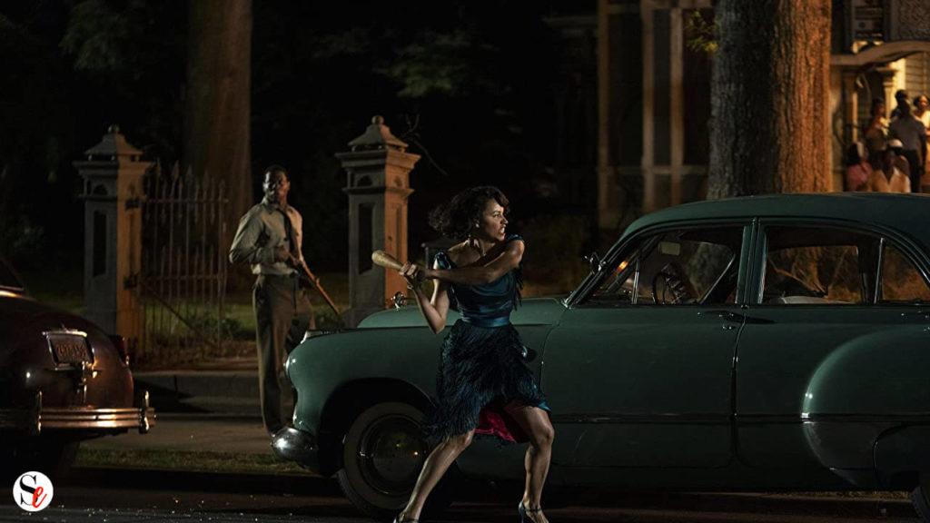 Mujer golpeando un coche con un bate